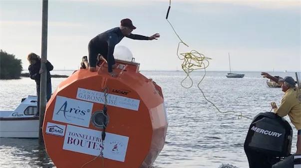 Cụ già gân 71 tuổi tự chế một cái thùng gỗ khổng lồ, một mình lênh đênh vượt Đại Tây Dương bằng dòng biển - Ảnh 1.