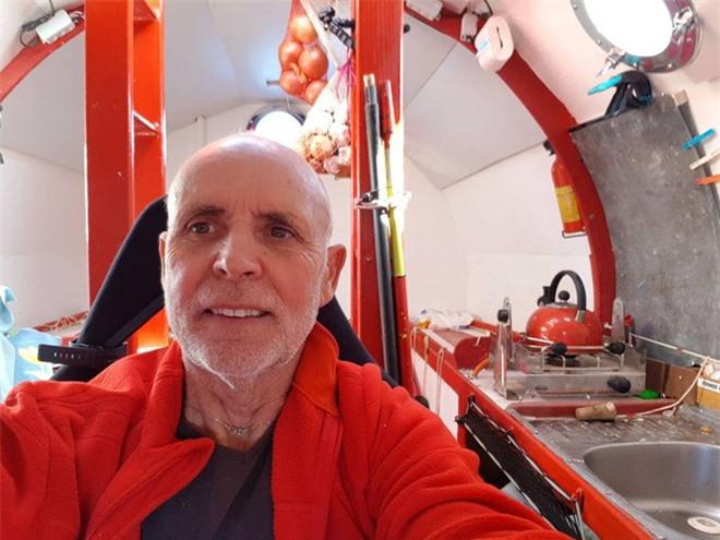 Cụ già gân 71 tuổi tự chế một cái thùng gỗ khổng lồ, một mình lênh đênh vượt Đại Tây Dương bằng dòng biển - Ảnh 3.