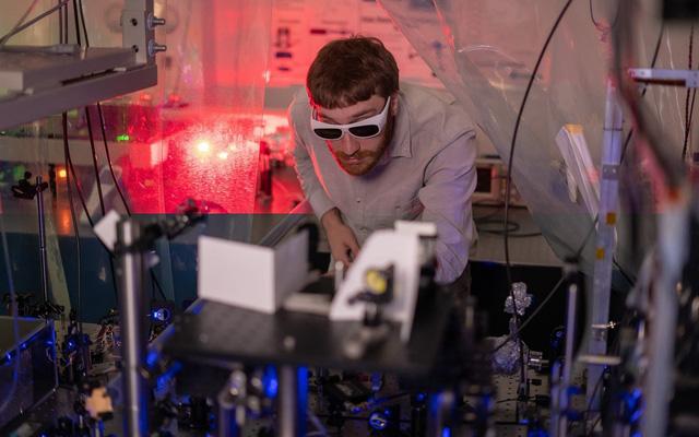 Thí nghiệm sử dụng 10 chùm laser có bước sóng khác nhau để làm mát các ion. Nguồn: Brandon Martin / Đại học Rice.