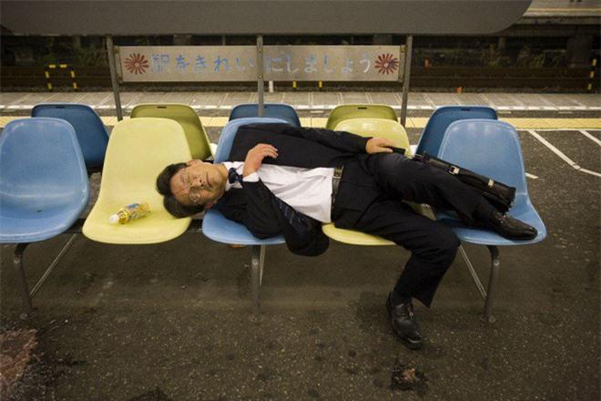 Lo nhân viên làm việc quá sức, một công ty Nhật thưởng 14 triệu cho ai ngủ đủ 6h/ngày - Ảnh 2.