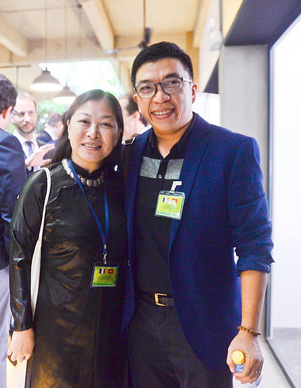 Trần Nguyên (phải) và tác giả Phi Vân. Ảnh: KH&PT
