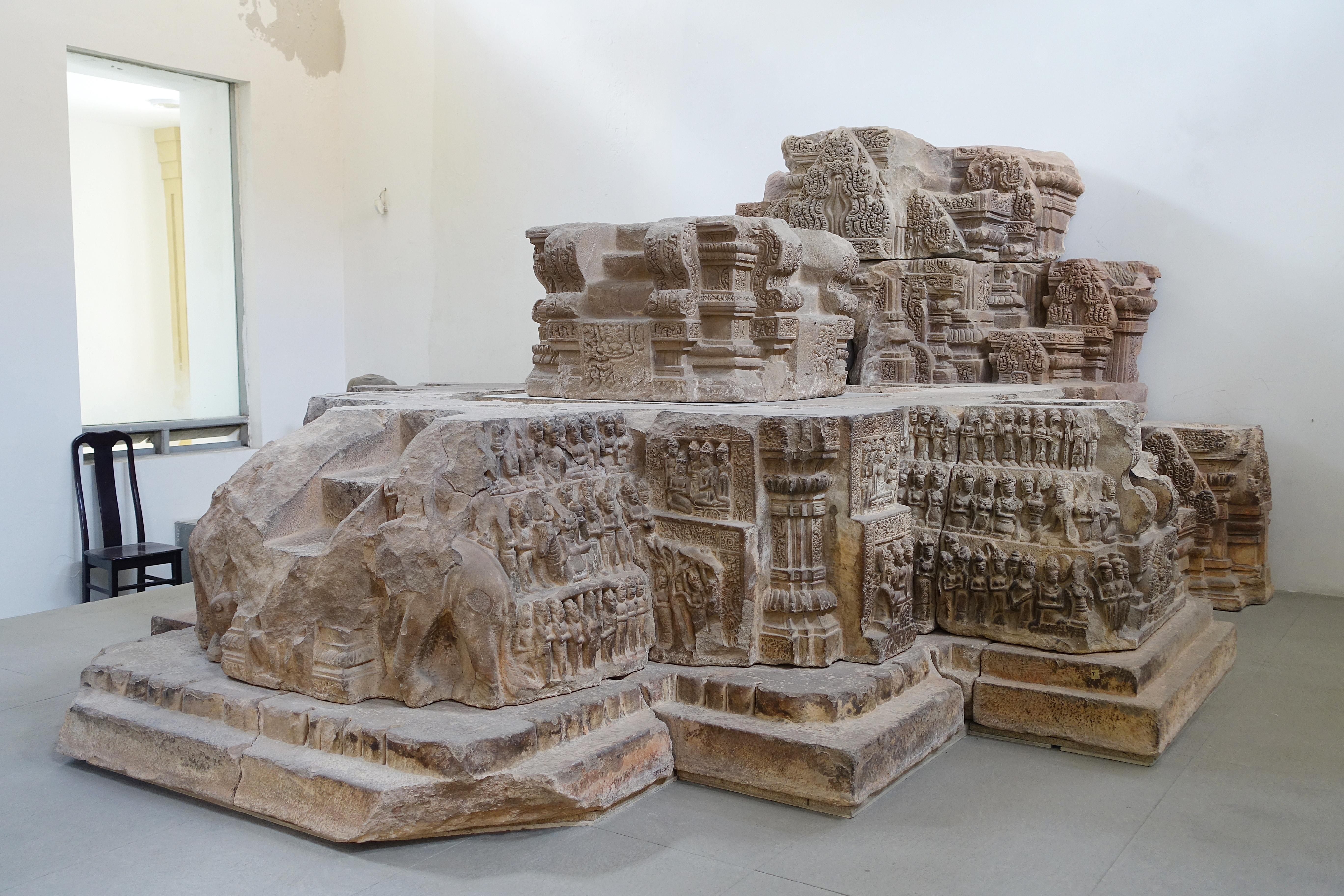 Toàn cảnh đài thờ Đồng Dương được trưng bày tại Bảo tàng Điêu khắc Chăm Đà Nẵng. Nguồn: Daderot.