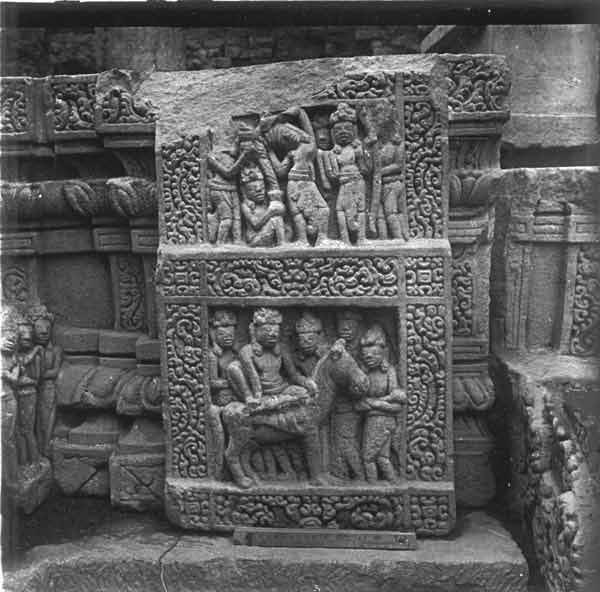 Chi tiết hoạt cảnh về cuộc đời Đức Phật trên đài thờ Đồng Dương. Ở tầng dưới mô tả cuộc khởi hành của Đức Phật, trong khi hình trên mô tả cảnh Đức Phật gióc tóc quy y. Ảnh: Viện Viễn Đông Bắc cổ Pháp (EFEO)