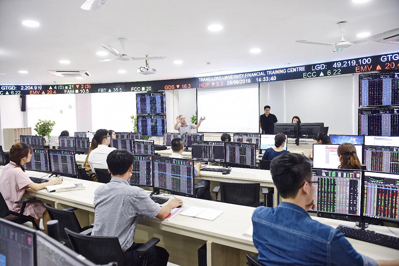 Trung tâm Thực hành tài chính, một dạng phòng học mô phỏng dành cho sinh viên khối ngành Kinh tế - Quản lý, vừa được Đại học Thăng Long đưa vào sử dụng từ giữa năm 2018. Ảnh: kenh14.vn