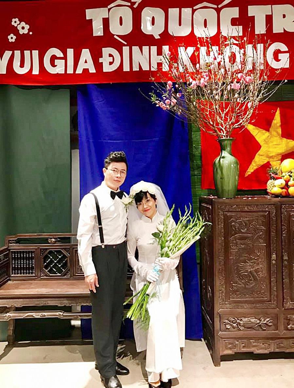 """Hai MC Thảo Vân và Lê Anh làm người mẫu cho bộ ảnh cưới chụp theo phong cách vintage thời bao cấp trong chương trình """"Ngày chung đôi"""", một sự kiện tái hiện những đám cưới xưa. Ảnh: Int."""