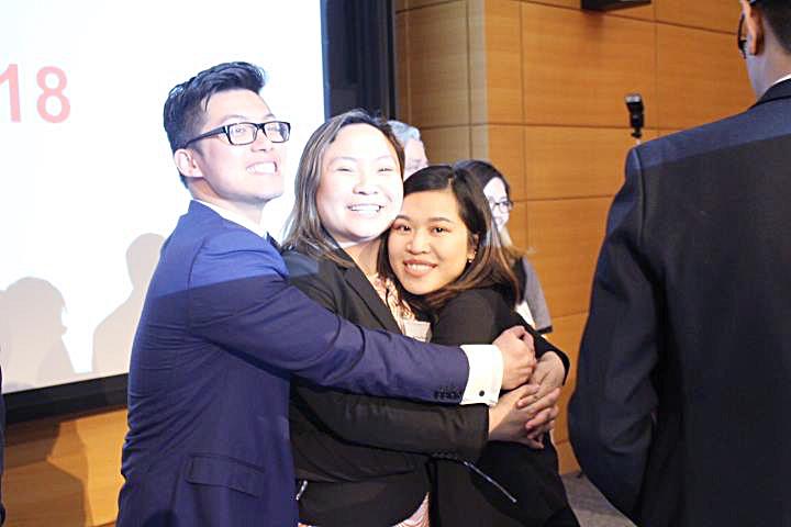 Cái ôm của Mai (giữa) và các thành viên sau một sự kiện thành công. Ảnh: BTC cung cấp.