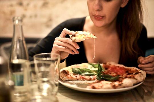 """Có những người ăn nhiều nhưng vẫn dễ dàng giữ được """"mình dây"""""""