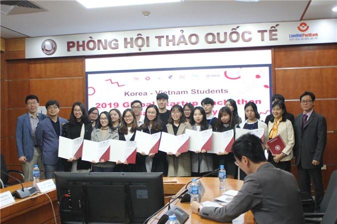 Thành viên đến từ 4 nhóm dự án nhận chứng nhận từ BTC chương trình.