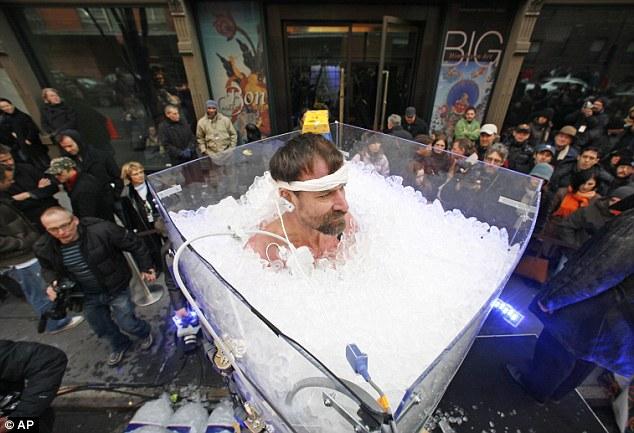 Wim Hof ngâm mình gần 2 tiếng trong bồn tắm chứa đầy nước đá để lập kỷ lục thế giới. Ảnh: AP