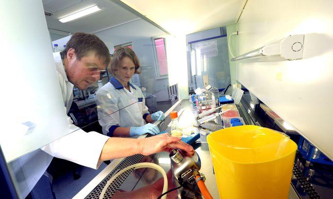 Giám đốc kỹ thuật công ty dược phẩm Icosagen Andres Männikh đang nghiên cứu các sản phẩm công nghệ sinh học chống bệnh Ebola. Riêng năm 2015, họ đã đầu tư 2,5 triệu euro cho nghiên cứu. Nguồn: news.postimees.ee