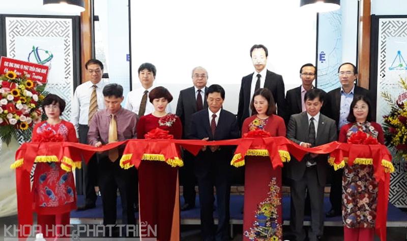 Thứ trưởng Bộ KH&CN Trần Văn Tùng cắt băng khai trương Văn phòng đại diện  Viện Khoa học SHTT tại TPHCM