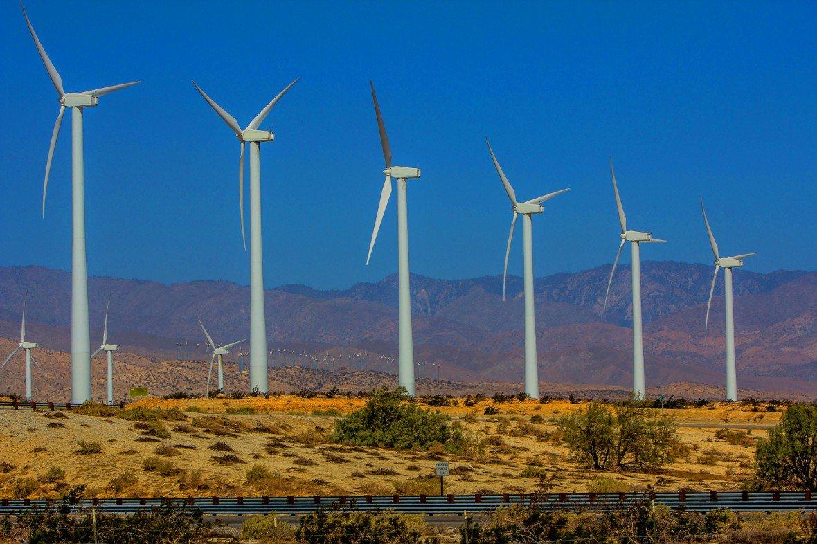 Năng lượng Mặt trời và gió là những nguồn cung cấp điện không liên tục. Ảnh: MIT