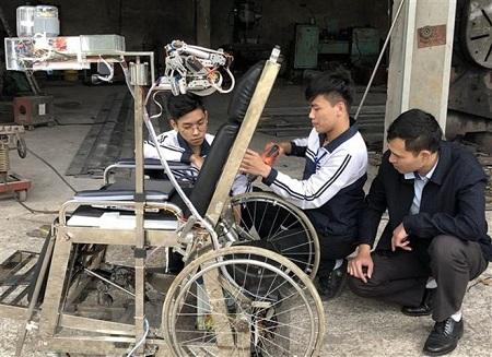 Cao Nguyễn Hùng và Nguyễn Đình Nhật xây dựng sản phẩm | Nguồn: TTXVN