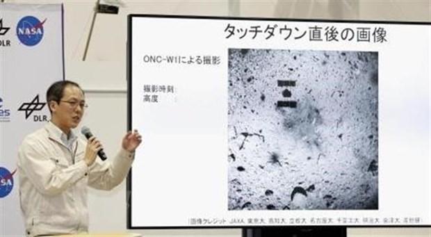 Giám đốc dự án, chuyên gia Yuichi Tsuda họp báo sau khi tàu thăm dò Hayabusa2 đáp thành công xuống bề mặt thiên thạch Ryugu cách Trái Đất hơn 300 triệu km. (Ảnh: Kyodo/TTXVN)