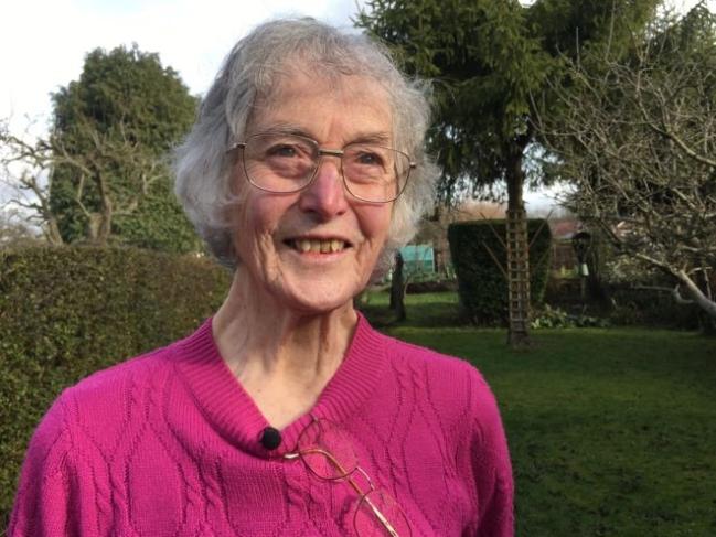 Bà Janet Ostern hy vọng sẽ tiếp tục làm vườn nếu ngăn chặn được suy giảm thị lực - Ảnh: FERGUS WALSH