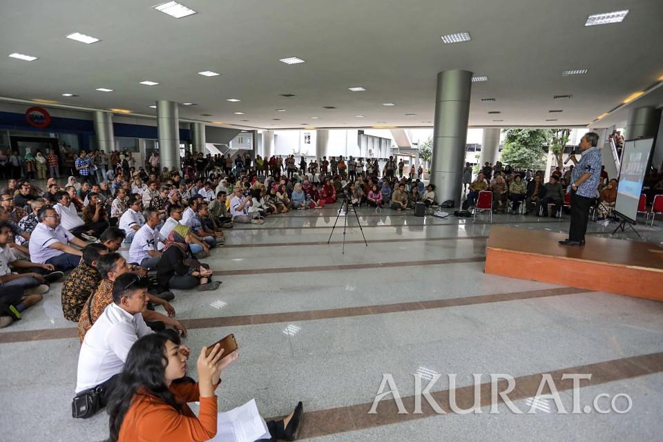 Các nhà khoa học và viên chức tại LIPI biểu tình trước trụ sở cơ quan này tại Jakarta để đòi Handoko từ chức. Ảnh: Akurat.