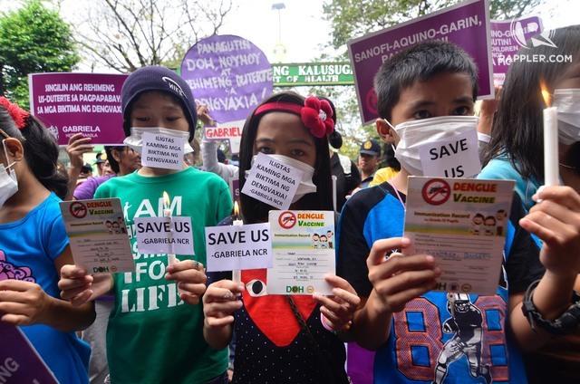 Các phụ huynh và trẻ em biểu tình phản đối vaccine Dengvaxia trước trụ sở Bộ Y tế hồi tháng 2/2018. Nguồn: Rappler.