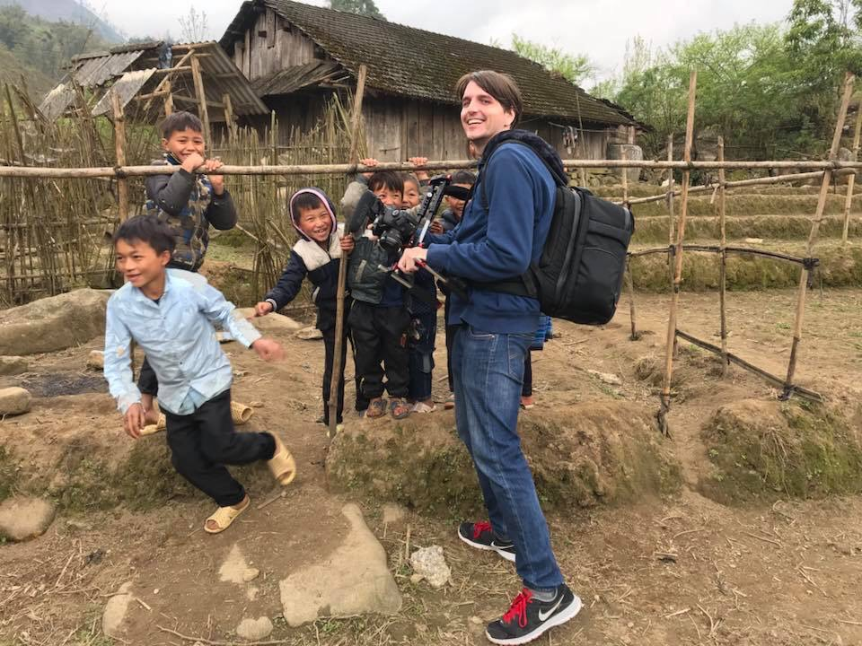 Anh Max Murta đang trong quá trình sản xuất phim tại một tỉnh vùng cao ở Việt Nam.
