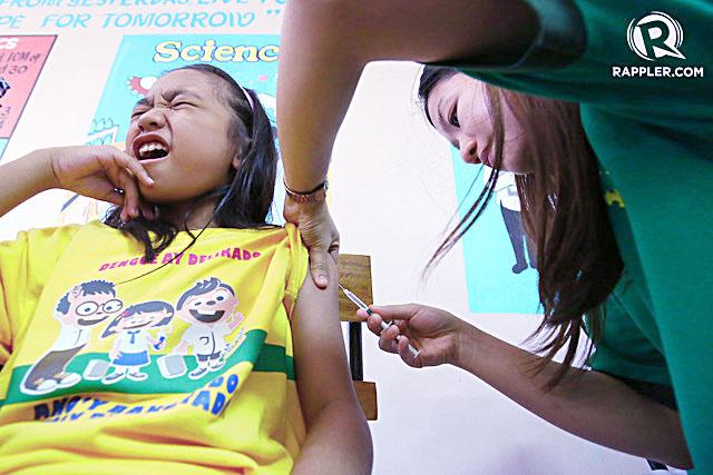 Học sinh trường Tiểu học Parang được tiêm vaccine Dengvaxia, vắc-xin đầu tiên phong sốt xuất huyết. Nguồn: Rappler.