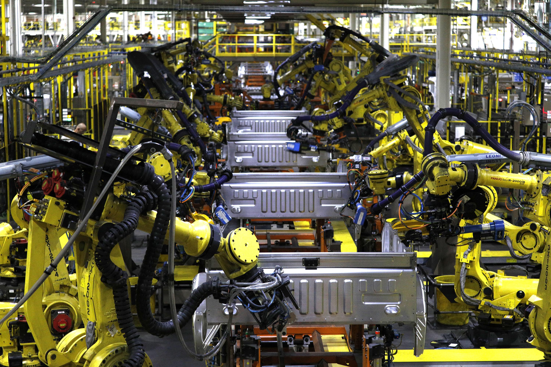 Nhiều công ty trong các ngành công nghiệp ở Bắc Mỹ đang đẩy mạnh triển khai lao động robot. Ảnh: US News.