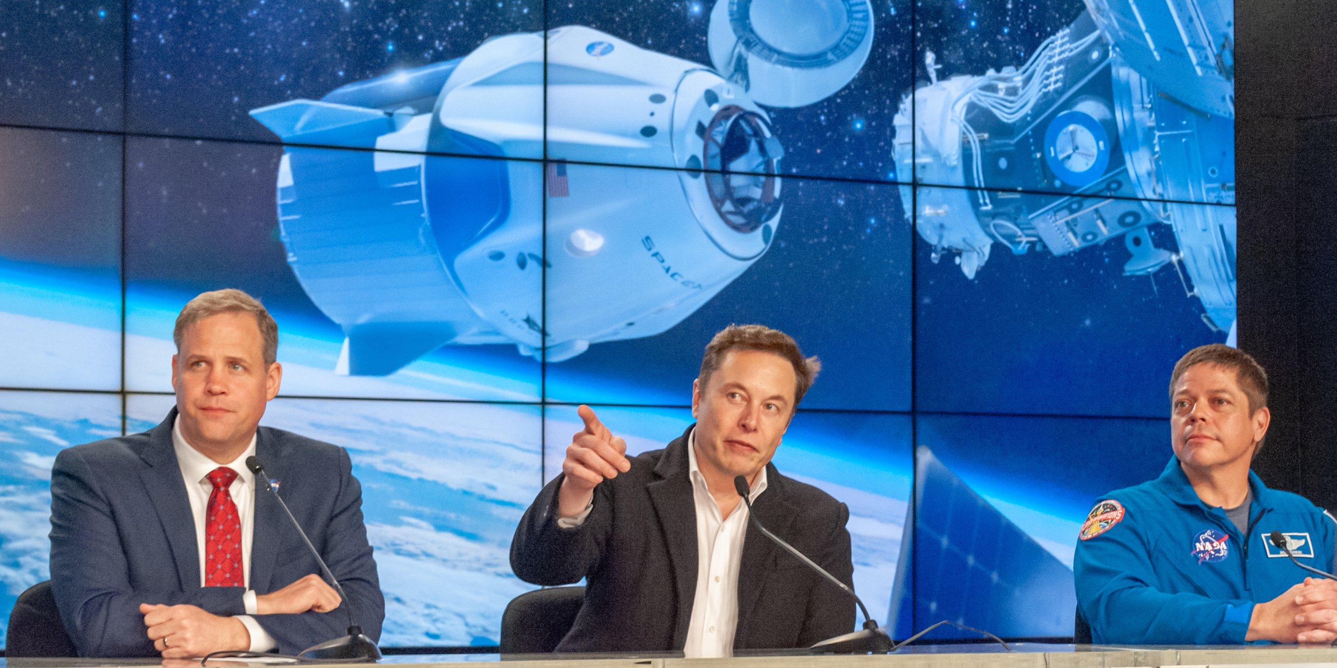 Elon Musk trong cuộc họp báo sau vụ phóng tàu Crew Dragon lên quỹ đạo và kết nối với Trạm vũ trụ quốc tế ISS. Ảnh: Viral Update News.