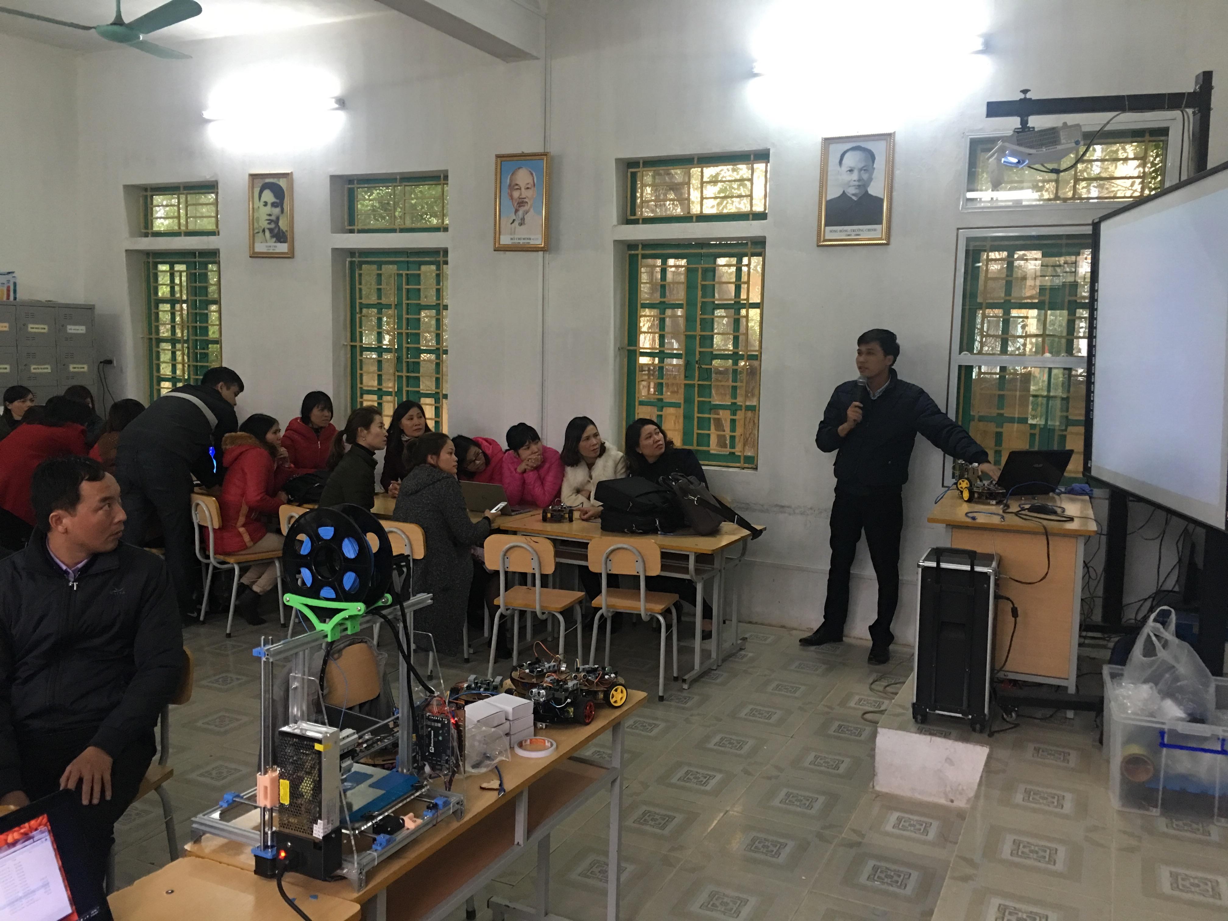 Tháng 11/2017, thầy Tạ Văn Cảnh và cô Lương Thị Phượng (trường THCS Nguyễn Hiền, Nam Trực) giảng bài thực hành lập trình robot bằng phần mềm SCRATCH cho các giáo viên huyện Xuân Trường. Sau khi được học, thầy hiệu trưởng trường tiểu học Xuân Hoà (Xuân Trường, Nam Định) đã dùng giải pháp đơn giản này để lập câu lạc bộ với 3 con robot (khoảng 1,5 triệu đồng/robot). Ảnh: ĐHS