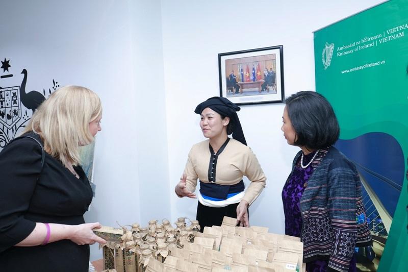 Nhóm phụ nữ ở Mường Đỗ, Sơn La giới thiệu về dự án chè được tài trợ bởi Đại sứ quán Ireland