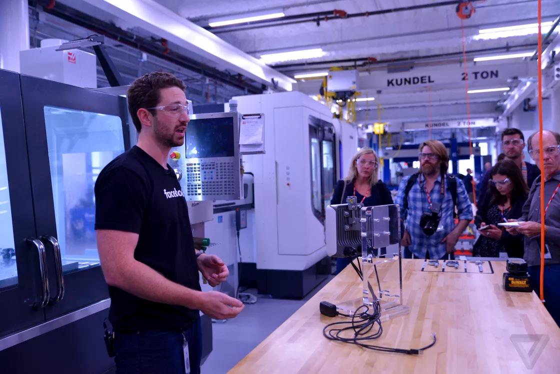 Kỹ sư phần cứng của Facebook giới thiệu phòng lab phát triển các công nghệ phần cứng như kính thực tế ảo, thiết bị lưu trữ dữ liệu, máy bay không người lái, v.v…