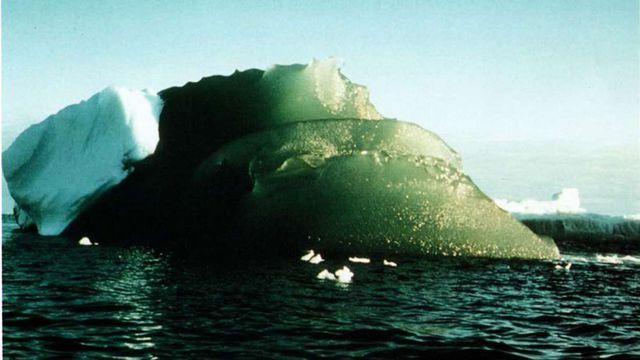Những tảng băng màu ngọc lục bảo kì lạ.