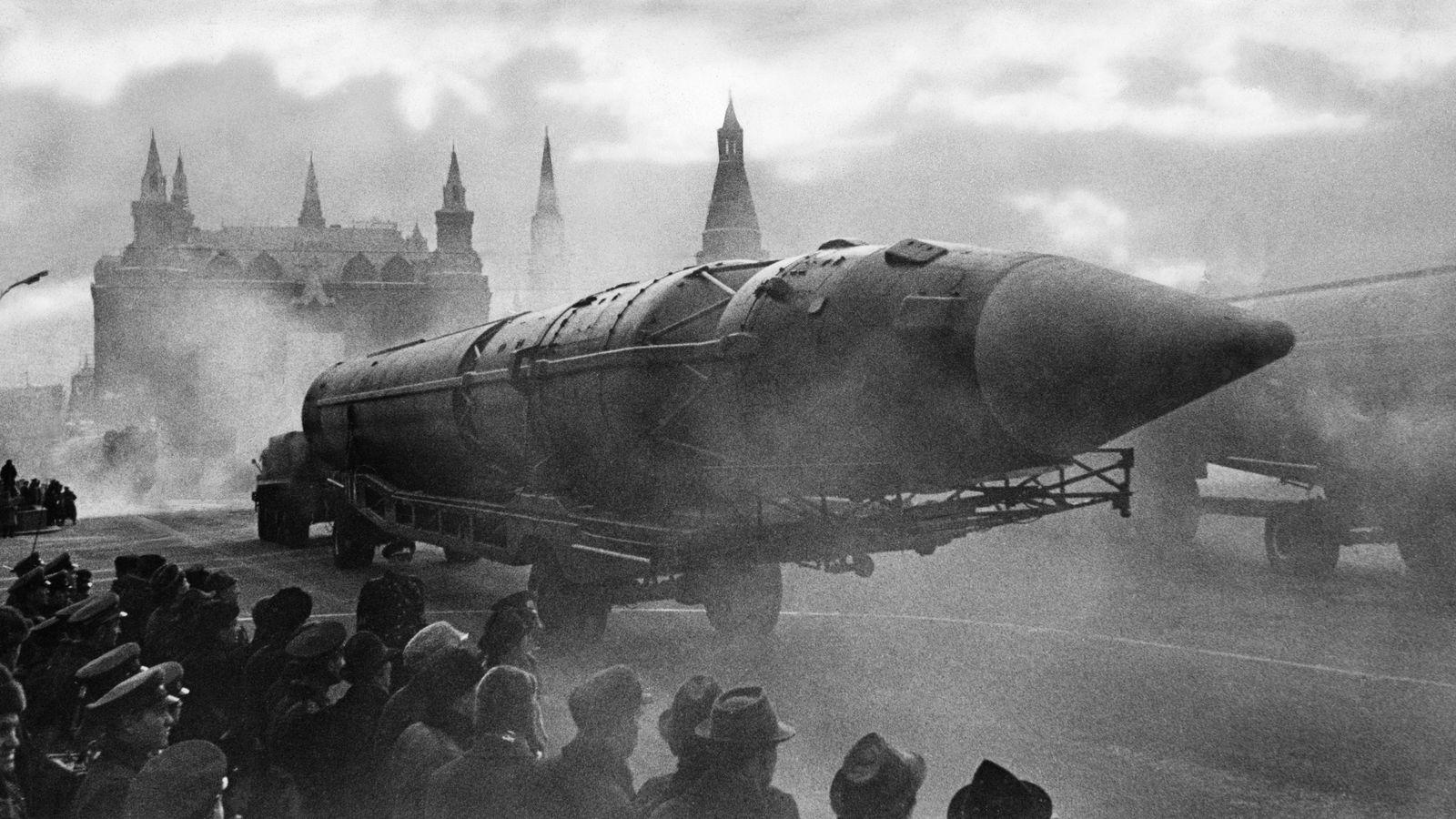 Diễu binh với tên lửa hạt nhân ở Moscow thời Chiến tranh Lạnh. Theo Harari thì loại vũ khí này thường được phô ra nhưng không bao giờ được bắn. Ảnh: Getty Images.