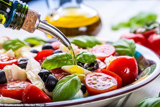 Dầu ô liu - thứ phổ biến trong chế độ ăn Địa Trung Hải, rất tốt để phòng ngừa đột quỵ và nhồi máu cơ tim - ảnh: SHUTTERSTOCK
