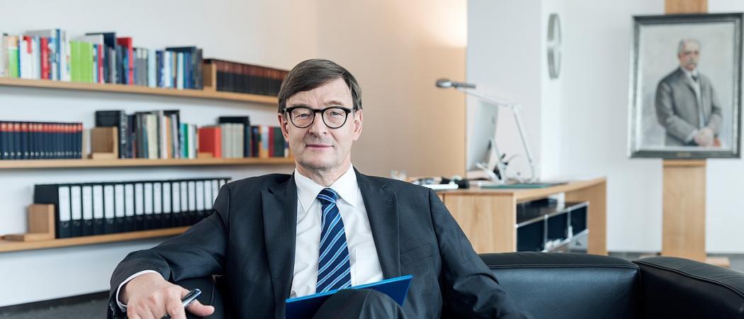 """""""Chúng ta đang phải đối với mặt với  hiện tượng chia rẽ và thụt lùi trong nghiên cứu ở châu Âu một cách trầm trọng. Đây thực sự là mối nguy hiểm, thậm chí còn đáng sợ hơn cả việc Anh rời EU"""". Ông Otmar Wiestler Chủ tịch Hiệp hội  Helmholtz."""