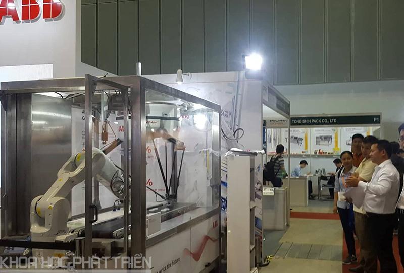 Robot của ABB thu hút nhiều khách tham quan