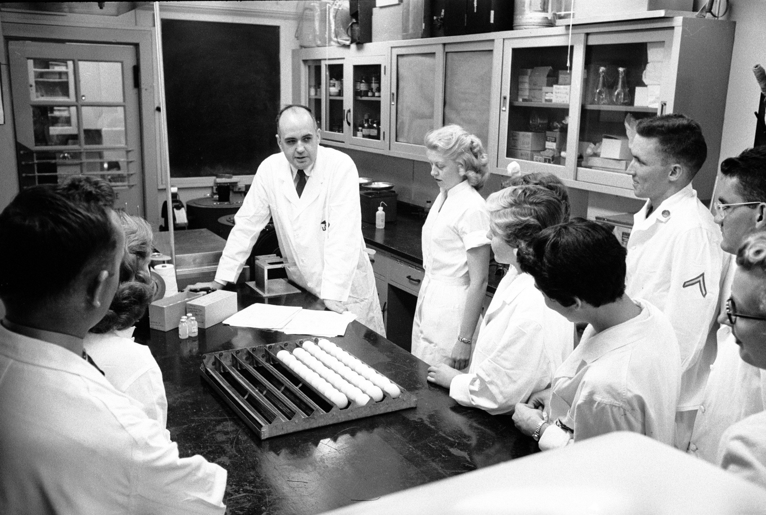 Maurice Hilleman (đứng giữa) là người có công rất lớn trong việc phát triển vaccine sởi. Ảnh: Time Magazine