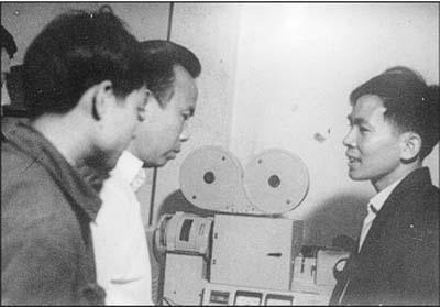 TS Trần Quang Ngọc (người bên phải) bàn giao hệ thống máy làm phim 16 mm có tiếng cho cán bộ Xưởng phim Giải Phóng