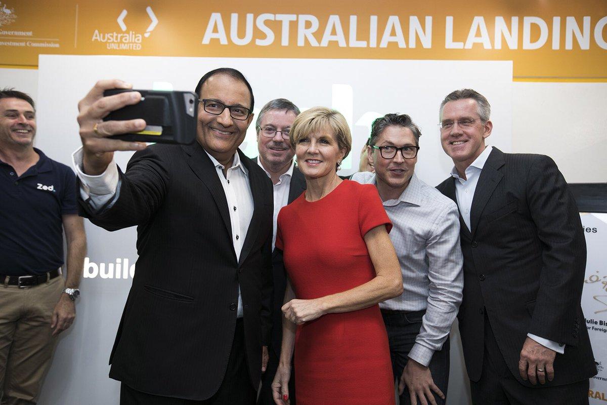 Ông Iswaran, Bộ trưởng Bộ Thương mại và Công nghiệp Singapore (giữa bên trái) và Hon Julie Bishop, Bộ trưởng Bộ Ngoại giao Úc (giữa, bên phải) chụp ảnh kỉ niệm Landing Pads có văn phòng tại Úc. Ảnh: KH&PT