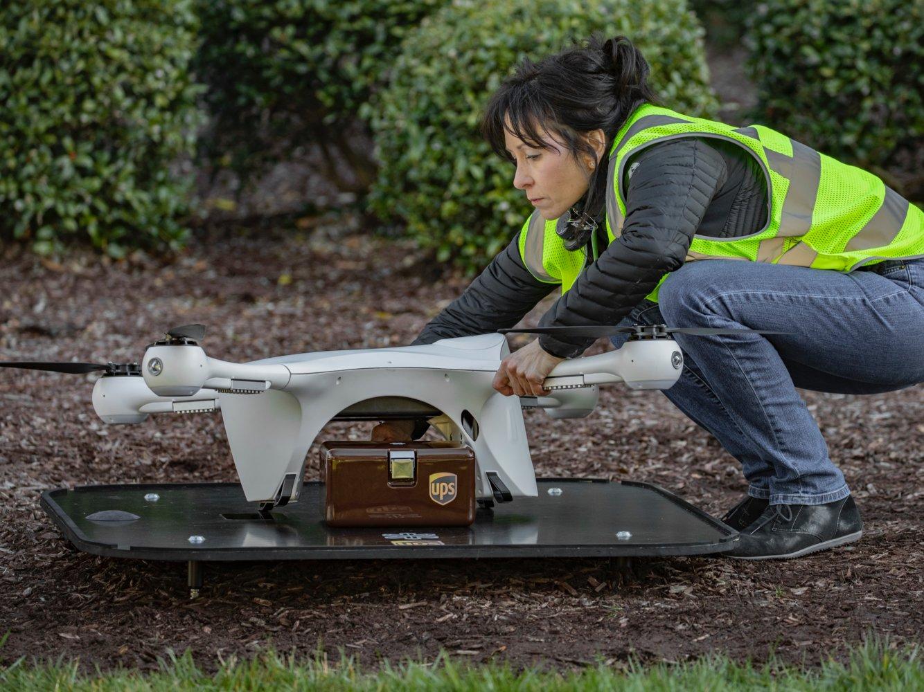 Nhân viên y tế xếp mẫu máu và bệnh phẩm lên khoang chứa an toàn của drone để chuẩn bị cho một chuyến giao hàng. Ảnh: UPS.