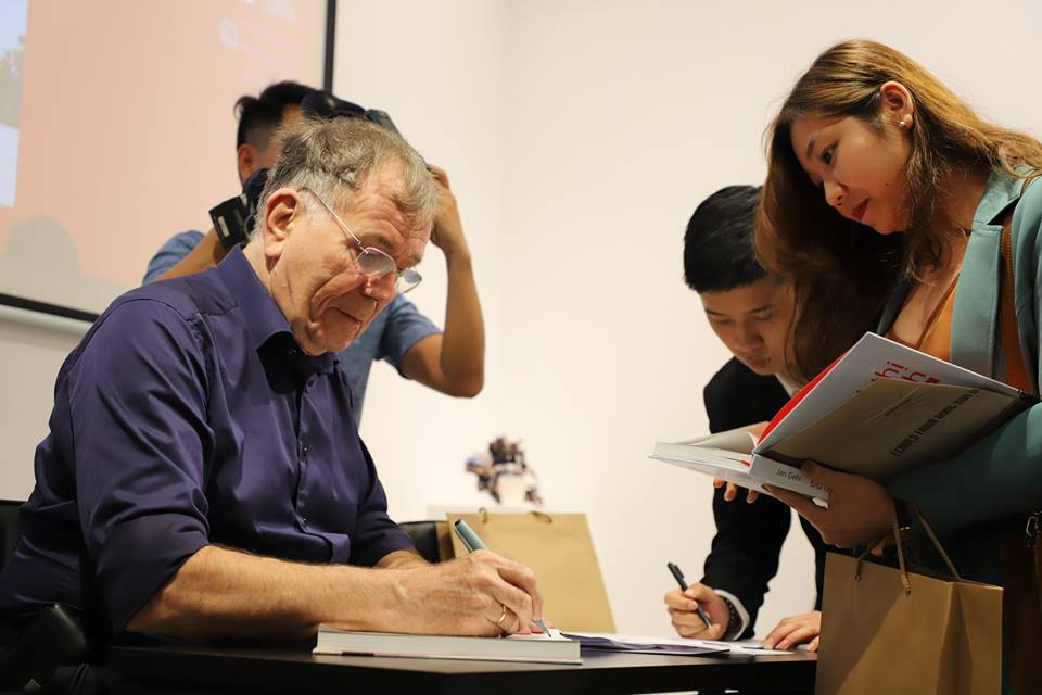 Tác giả Jahn Gehl ký tặng sách cho độc giả Việt Nam, Hà Nội, 20/3/2019. Ảnh: Ashui