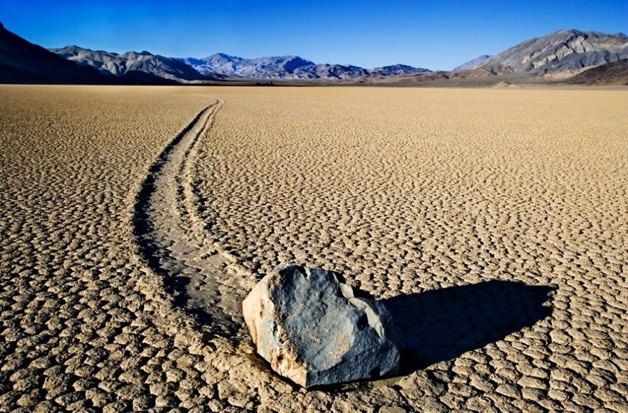 Sự dịch chuyển của các hòn đá tạo ra những đường trượt dài phía sau.  Ảnh: Discovery News.