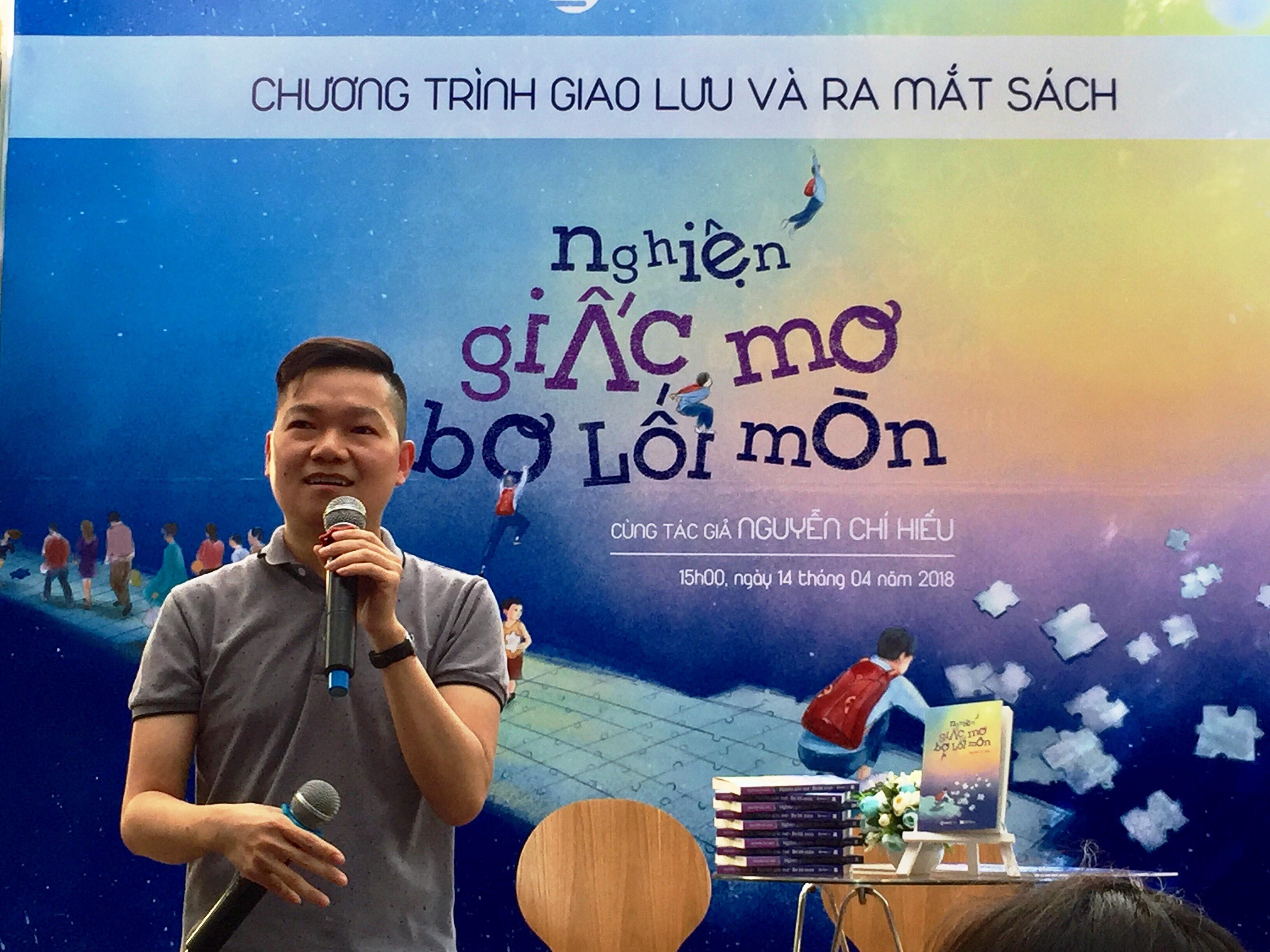 Nguyễn Chí Hiếu chia sẻ tại buổi ra mắt cuốn sách. Ảnh: daidoanket.vn