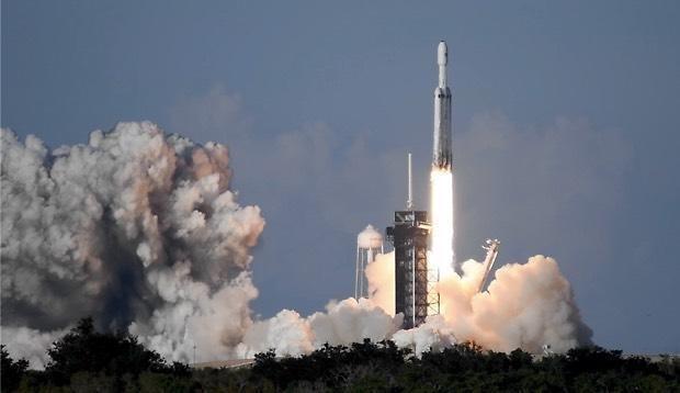 Tên lửa Falcon Heavy có lực đẩy mạnh trên 2,3 triệu kg, tương đương sức đẩy của khoảng 18 chiếc Boeing 747. (Nguồn: CBS)