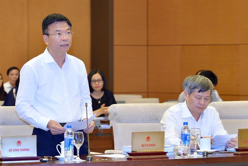 Bộ trưởng Bộ Tư Pháp Lê Thành Long trình bày tờ trình dự án Luật sửa đổi, bổ sung một số điều của Luật sở hữu trí tuệ. Thứ trưởng Bộ KH&CN Phạm Công Tạc ngồi ở bìa phải. Ảnh: Quochoi.vn