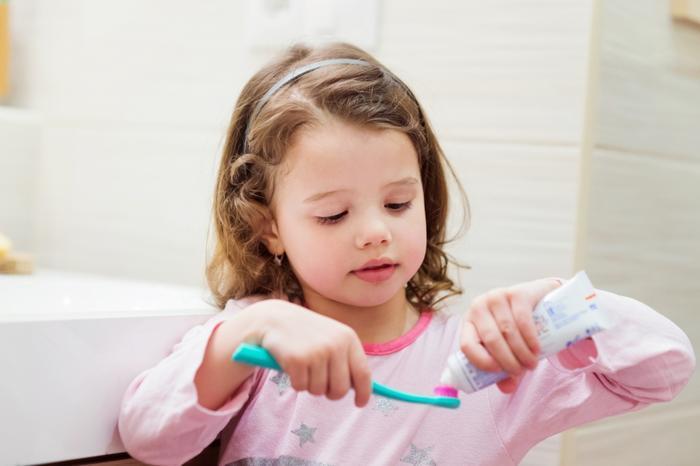 Cha mẹ nên tập cho con thói quen đánh răngsau khi ăn sáng và trước khi đi ngủ. Ảnh: iStock