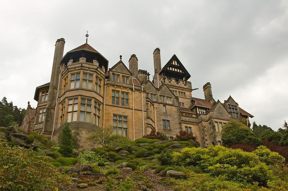 Biệt thự Cragside của William Armstrong, ngôi nhà đầu tiên trên thế giới được thắp sáng bằng điện. Ảnh: Wikimedia.