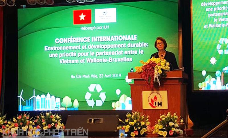 Diễn giả đến từ Bỉ chia sẻ kinh nghiệm thực hiện các dự án về môi trường