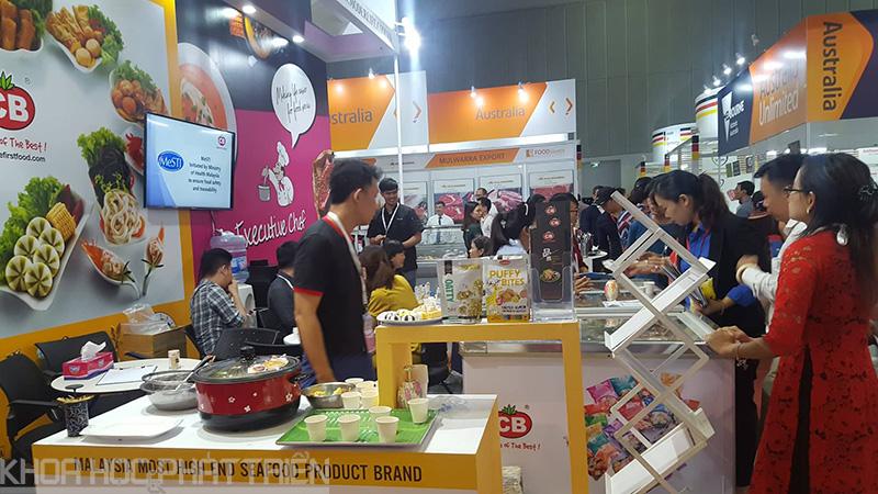 Gian hàng thực phẩm luôn đông khách tham quan và trải nghiệm sản phẩm
