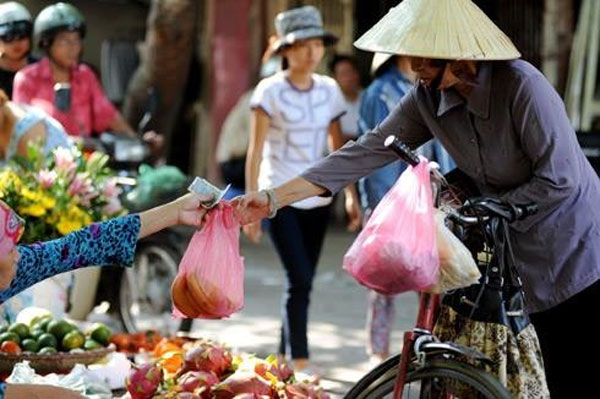 Thói quen dùng túi nilon khi mua bán đã tạo ra hàng tấn rác thải khó phân hủy