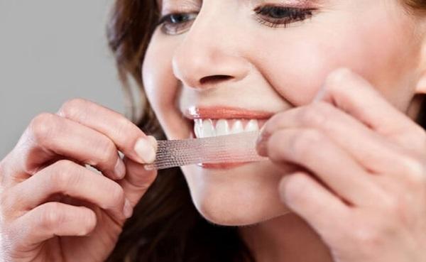 Miếng dán làm trắng răng có thành phần chủ yếu là hydrogen peroxide (H2O2). Ảnh: AFP