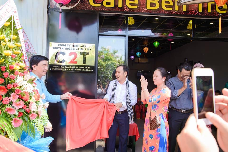 Ông Trần Anh Thuy – Chủ tịch Hội doanh nhân trẻ Bến Tre cùng Võ Văn Phong – giải nhất cuộc thi khởi nghiệp Tài nguyên bản địa khai trương văn phòng công ty du lịch C2T – dự án đoạt giải. Ảnh: T.B
