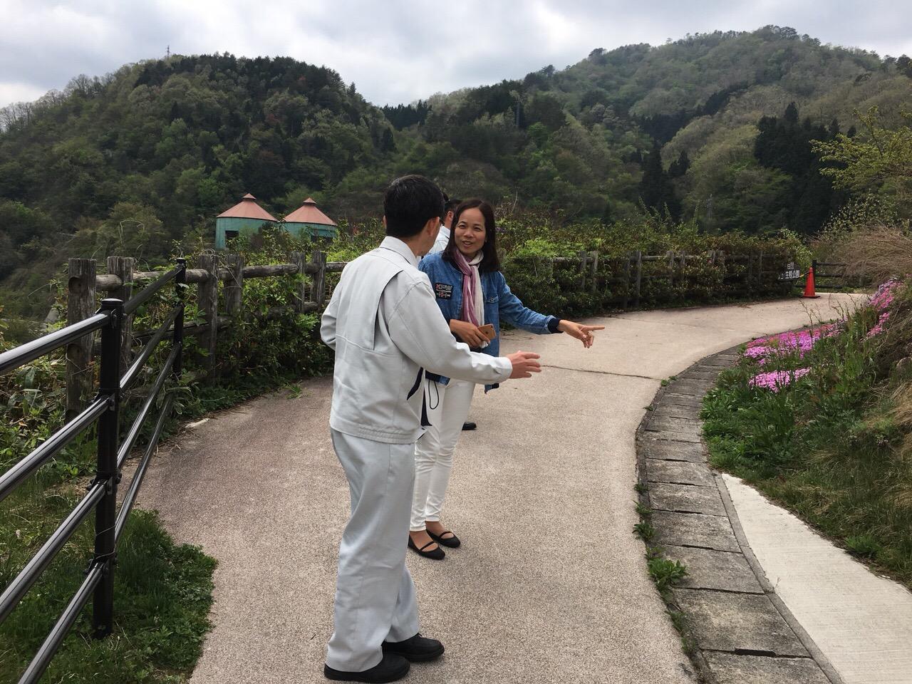 PGS.TS. Nguyễn Thị Minh cùng các chuyên gia Nhật Bản đi thăm mô hình thử nghiệm
